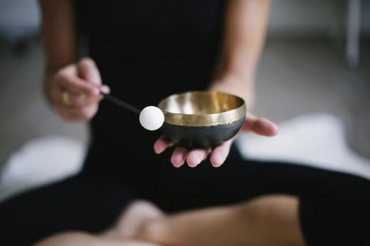 Bagno di gong e singing bowls