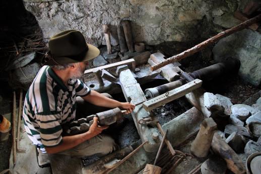 Lavorazione pietra ollare con tornio in Valmalenco - © riproduzione riservata