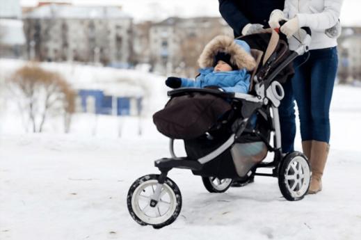 In passeggino sulla neve