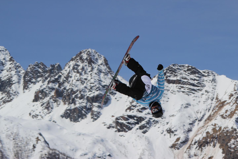 Snowboarder in azione al Palù Park in Valmalenco