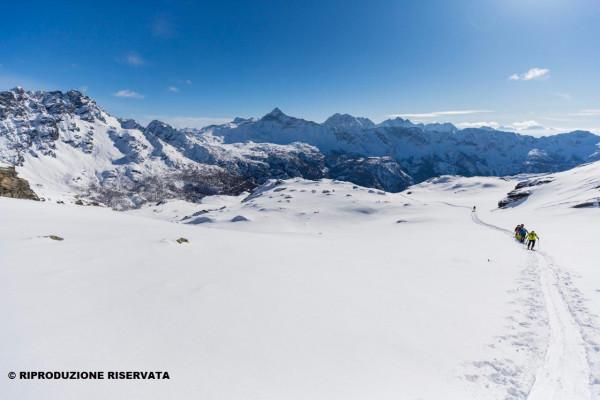 Ciaspolata in Valmalenco, sullo sfondo il Pizzo Scalino