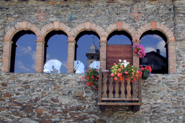 Riflesso del Santuario nella vetrata della Torre della Sassella